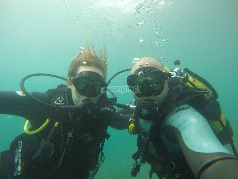 的潜水员潜水船出