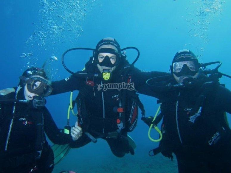 潜水潜水活动的情侣集团