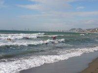 Probando el surf en las primeras olas