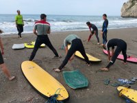 Surfistas estirando antes de entrar en el agua