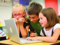 儿童在电脑上