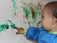 Pintando en la pared con tempera