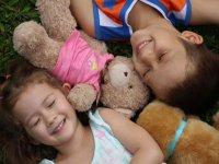 躺在玩具熊旁边