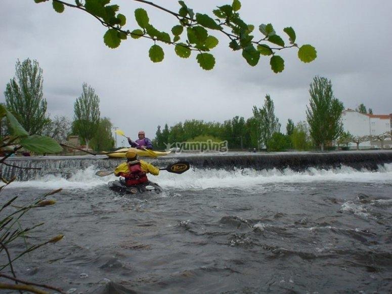 En un salto de agua