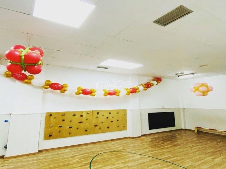 Sala de juegos con minirocódromo