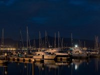 夜间港口与我们的船