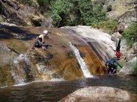 intentando subir la cascada