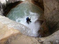 垂降而下的瀑布跌落出来的水