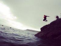 saltando desde la roca