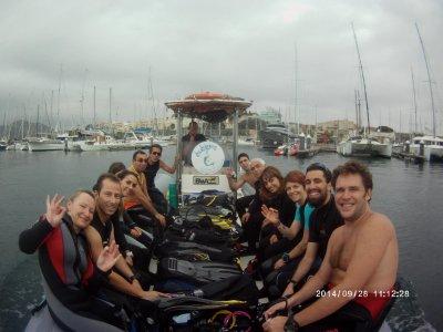 从船上开放马德里和莱万特的潜水员