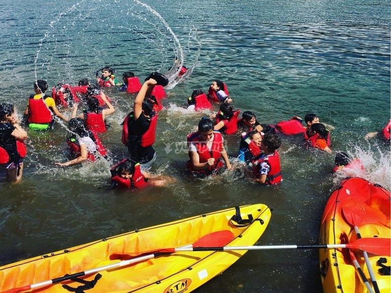 Risas en el agua junto a los kayaks