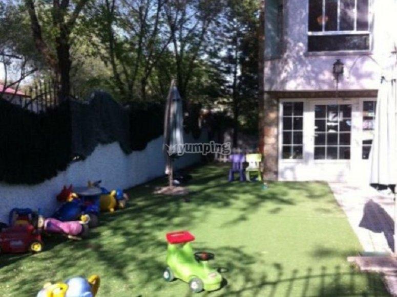 casa con un jardin lleno de juguetes