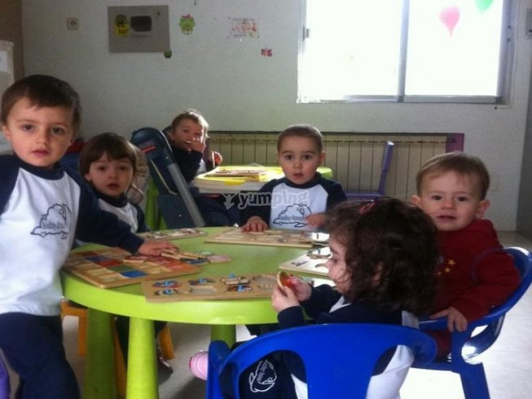 grupo de ninos jugando en una mesa