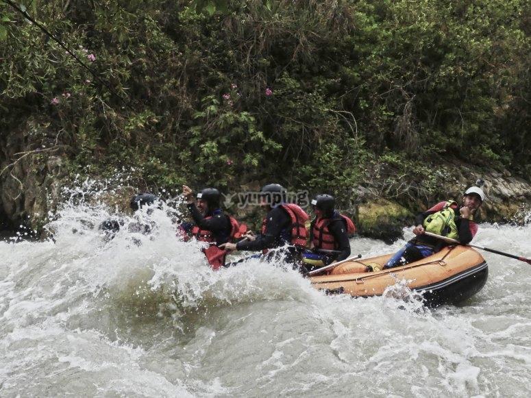 Incredibili rapide facendo rafting