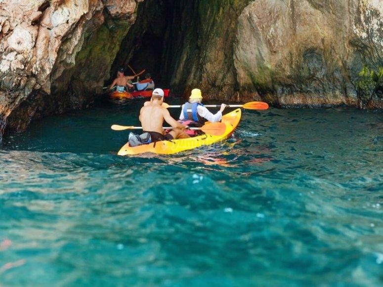 Canoa en la cueva