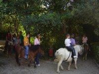 Los niños paseando en pony