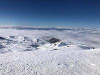 Sierra cubierta por mantos de nieve