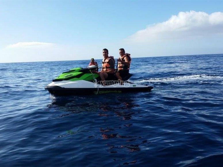 Chicos en la moto de agua