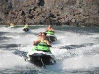 Chicas acelerando en la moto de agua
