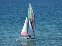 Pequeno catamaran a vela