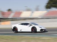 驾驶LamborghiniHuracán白色