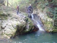scendendo una cascata