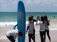 Monitor con sus alumnas de surf en Cadiz