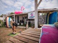 Surfista entrenando el equilibrio