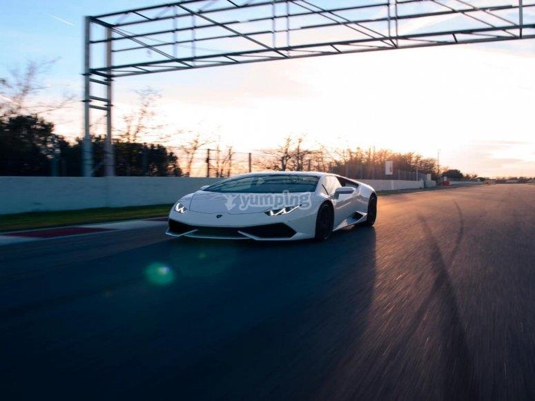 Lamborghini Huracan tomando la curva