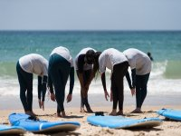 Estiramientos en clase de surf en Vejer