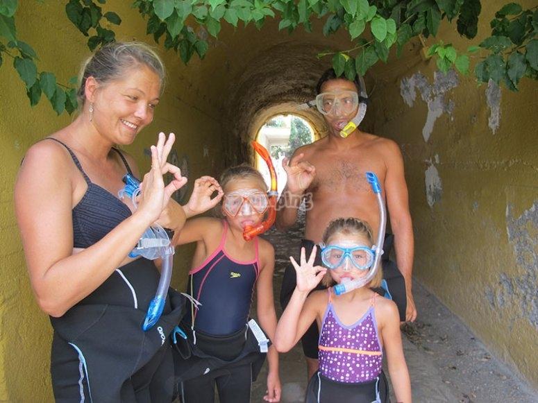 带浮潜护目镜的家庭