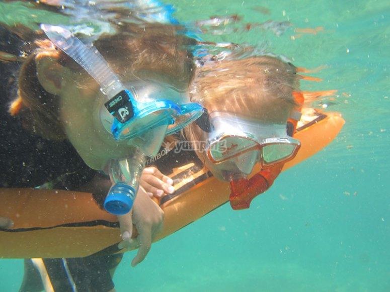 在水下观看