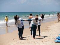 Estirando de la mano en la playa