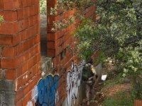 Escondete tras el muro