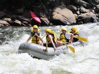 Remando en un rápido con el raft