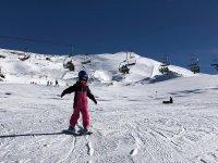 Niña aprendiendo a esquiar