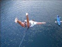 Salto puenting sobre el río