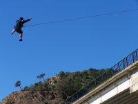 Colgado del puente en Sevillla