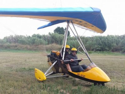 距离Palafolls 30 m的钟摆超轻型飞机