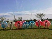 Equipo dentro de las burbujas gigantes
