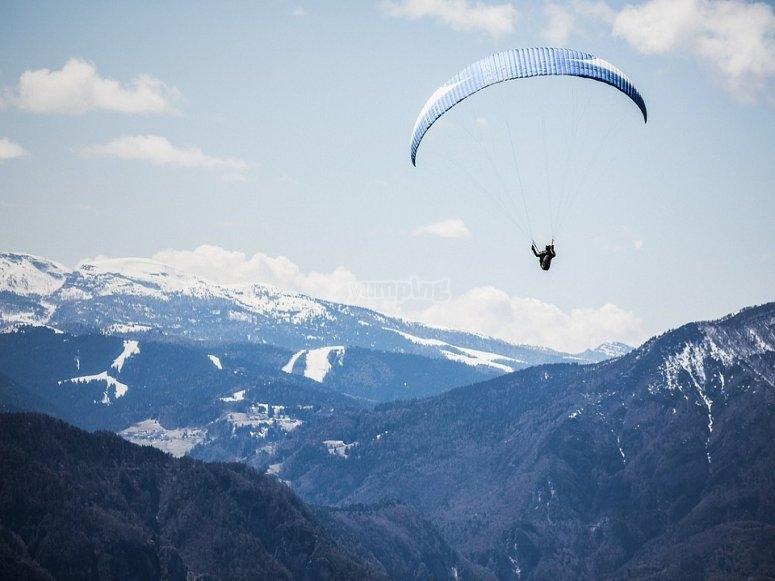 Volare tra le montagne