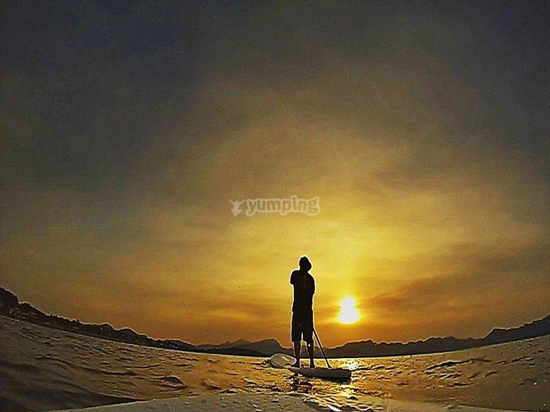 SUP siguiendo la estela del sol