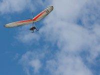disfrutando del cielo azul en un vuelo en ala delta