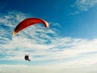 disfrutando de un vuelo en parapente en sopelana