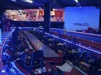 Karts en el circuito indoor