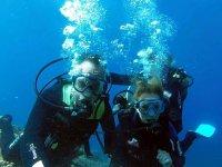 En pareja bajo el agua