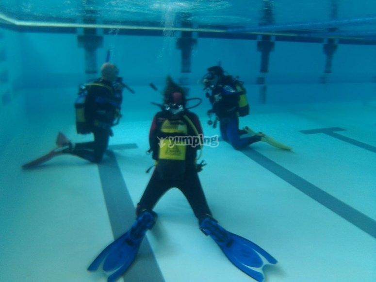 En la piscina practicando
