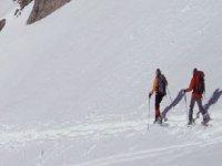 Pareja de de senderistas en la nieve