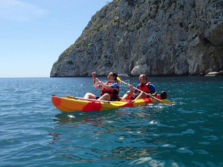 Pareja navegando en el kayak