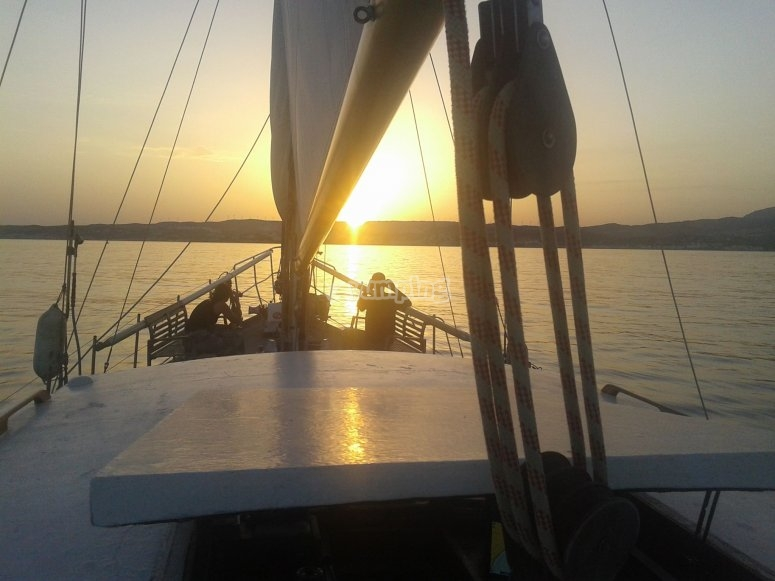 Paseo en velero al atardecer